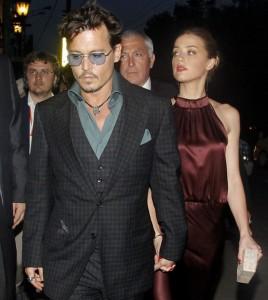 Johnny Depp y su pareja Amber Heard de la mano en Moscu